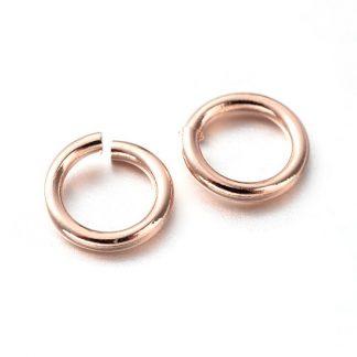 Deze 5x0.8mm open ringen in de kleur rose goud zijn ideaal om sieraden mee af te werken en te koop bij kralenwinkel Limited Edition in Den Haag.
