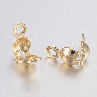 Deze goudkleurige 7,5x4mm karabijnslotjes van roestvrijstaal zijn ideaal om sieraden mee af te werken en te koop bij kralenwinkel Limited Edition in Den Haag.