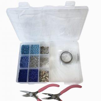 Dit starterspakketje bevat alles om zelf een enkel of armbandje op staaldraad te rijgen en is te koop bij kralenwinkel Limited Edition in Den Haag.