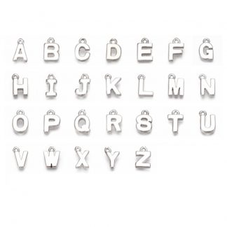 Deze zilveren letterbedel is te koop bij kralen winkel Limited Edition in Den Haag.
