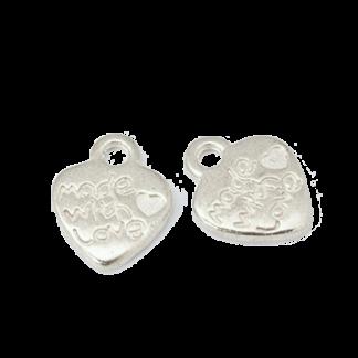Op deze hartjesbedel staat de tekst made with love en is te koop bij kralenwinkel Limited Edition in Den Haag in de kleur zilver.