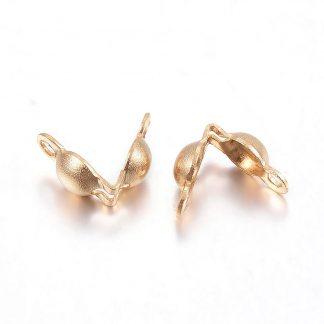 Deze goudkleurige 5x3mm karabijnslotjes van roestvrijstaal zijn ideaal om sieraden mee af te werken en te koop bij kralenwinkel Limited Edition in Den Haag.