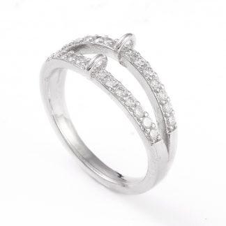 Deze ring met steentjes en loop is te koop bij kralenwinkel Limited Edition in Den Haag in de kleur zilver.
