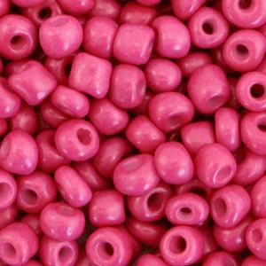 Deze leuke budget rocailles zijn ideaal om hippe sieraden te maken en zijn te koop bij kralenwinkel Limited Edition in Den Haag in de kleur cabernet roze.