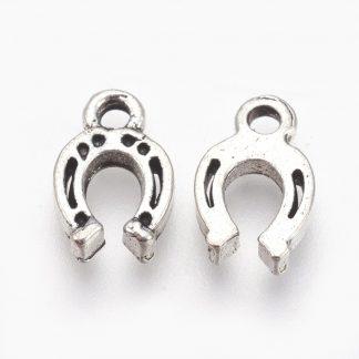 Deze bedel in de vorm van een hoefijzer is te koop bij kralenwinkel Limited Edition in de kleur antiek zilver.