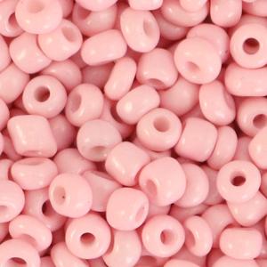 Deze leuke budget rocailles zijn ideaal om hippe sieraden te maken en zijn te koop bij kralenwinkel Limited Edition in Den Haag in de kleur blush roze.
