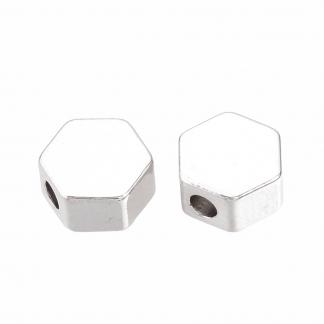 Deze kraal in de vorm van een hexagon is te koop bij kralenwinkel Limited Edition in de kleur zilver.